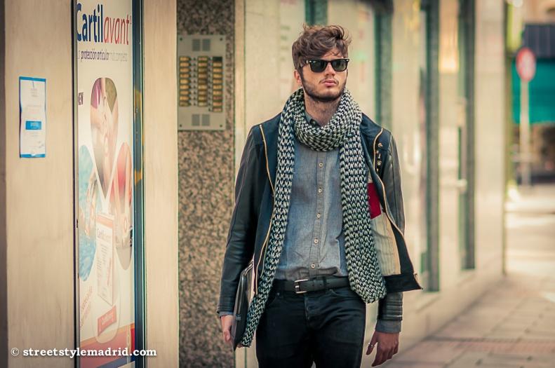 Maxi bufanda, Gafas de sol, Cazadora negra, barba, street style, madrid