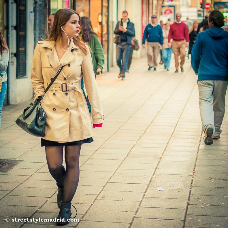 Trench, minifalda, medias, street style, madrid