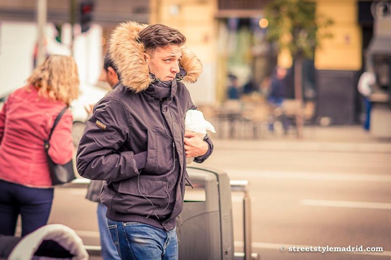 Abrigo de capucha con piel, vaqueros, street style Madrid