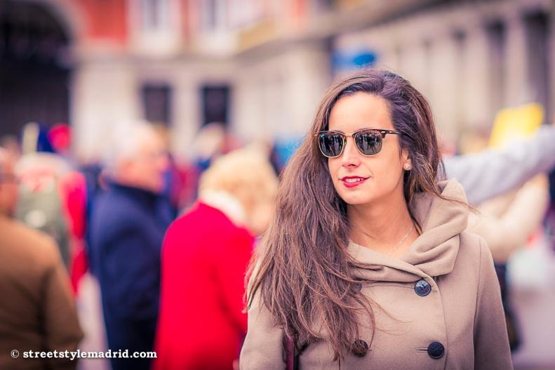 Gafas de sol, abrigo Marrón cruzado, Melena, street style madrid.