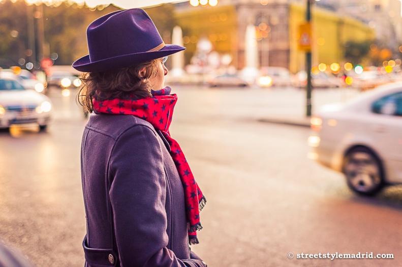 Sombrero morado, bufanda roja, street style madrid