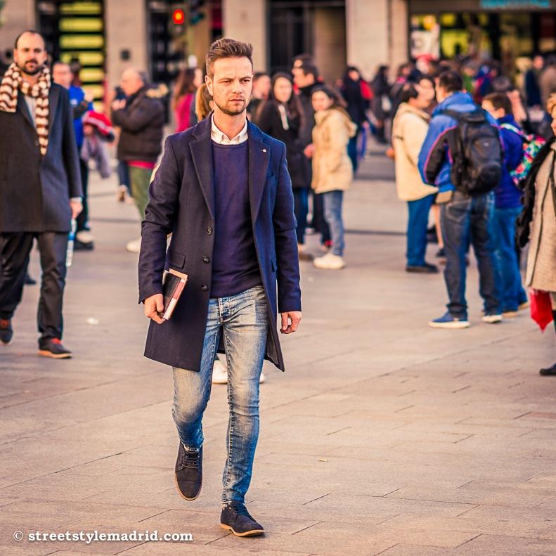 Street Style Madrid, Abrigo azul, Jeans, Jersey morado,