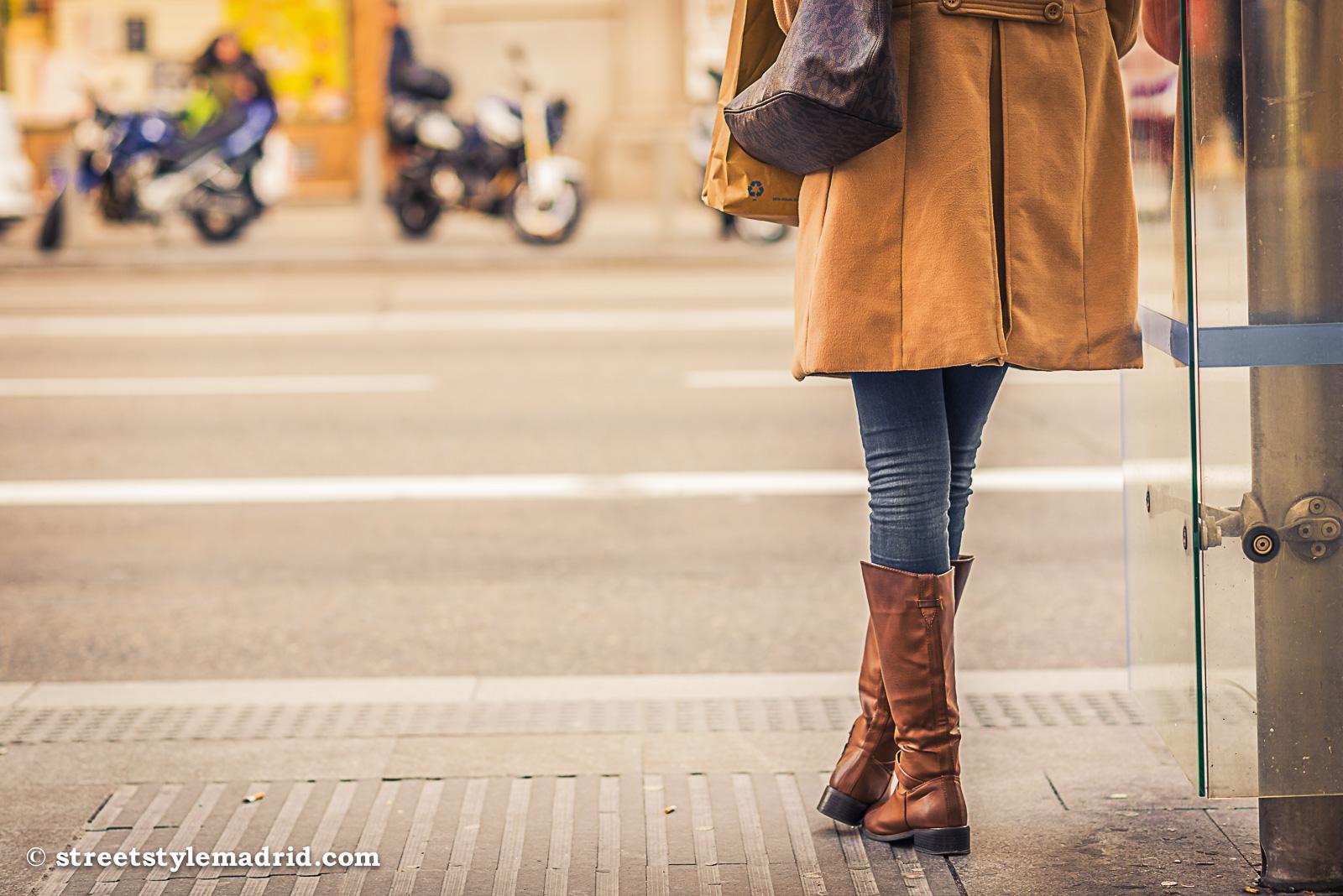 Abrigo negro con botas marrones