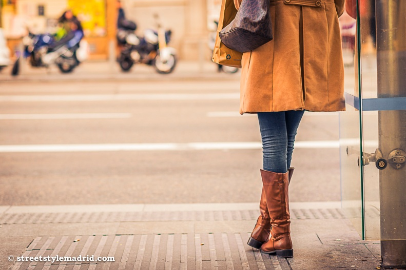 Botas marrones, Abrigo Camel, Jeans, Piernas cruzadas, street style madrid