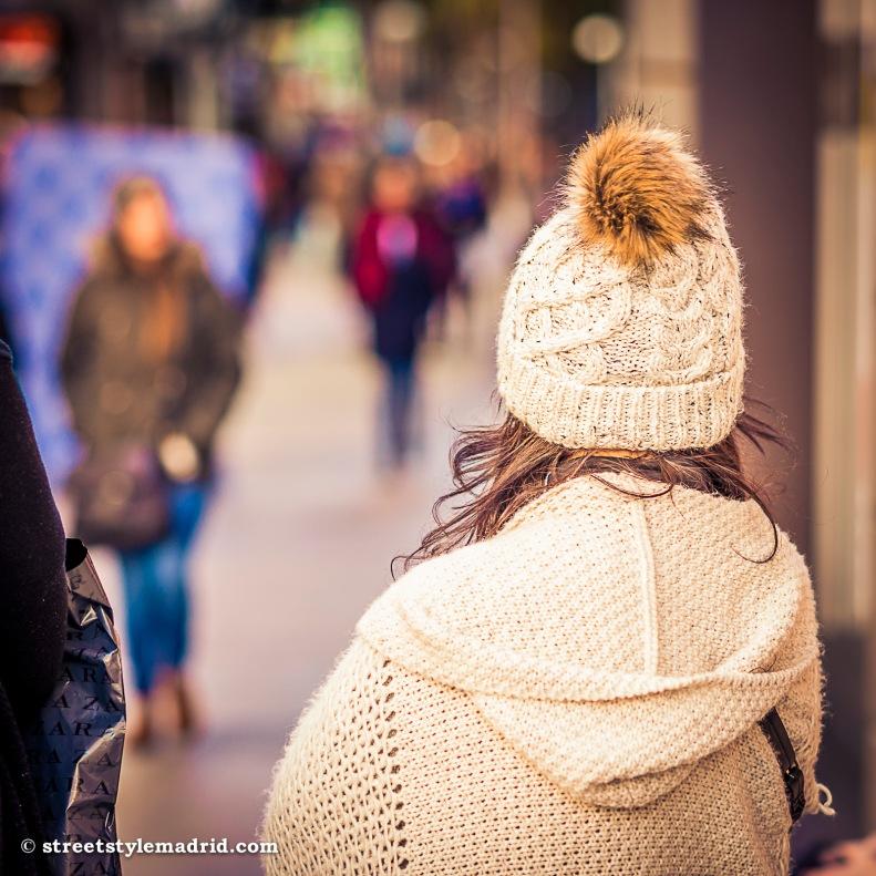 gorro de ponpon de lana blanco, street style madrid