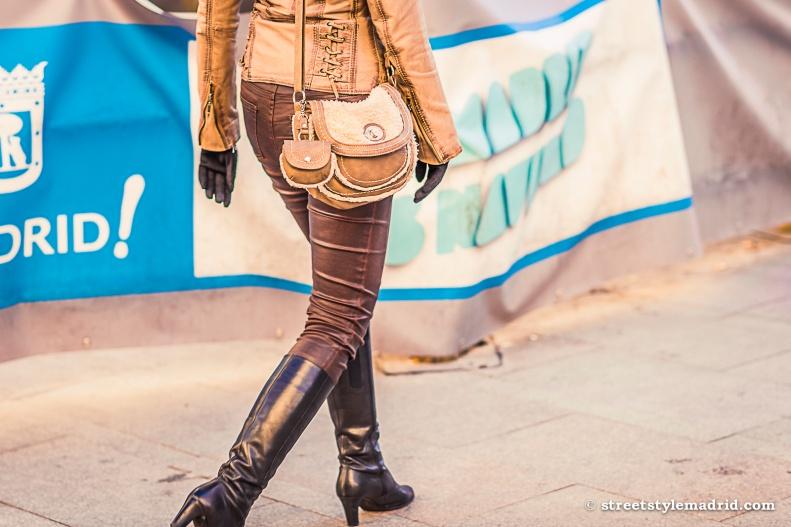 Botas altas marrones, pantalon marron, bolso marron, street style madrid