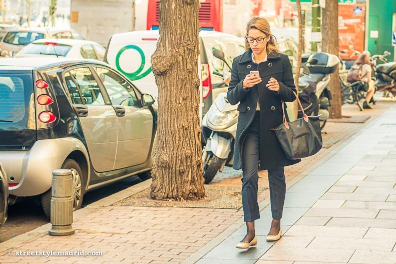 Abrigo negro, pantalon negro, bolso negro