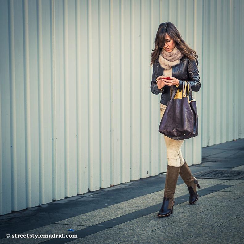 Botas marrones, pantalón blanco, chaqueta de piel, street style madrid