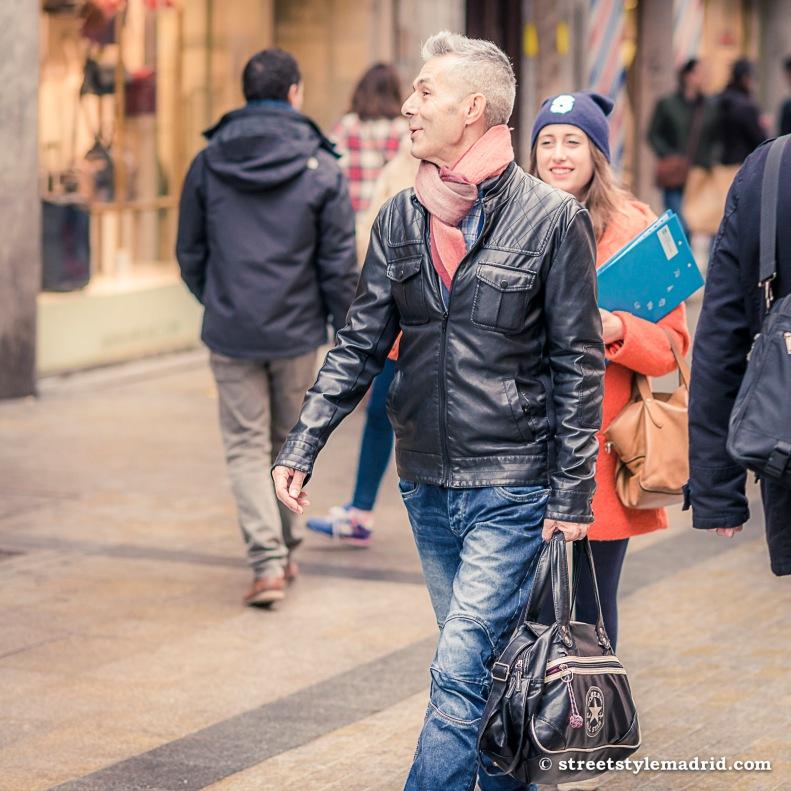 Jeans, cazadora de cuero negra, bufanda, street style madrid