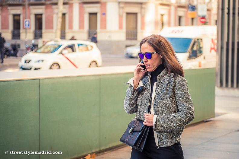 Look ejecutivo, chaqueta gris, bolso de piel negro, street style