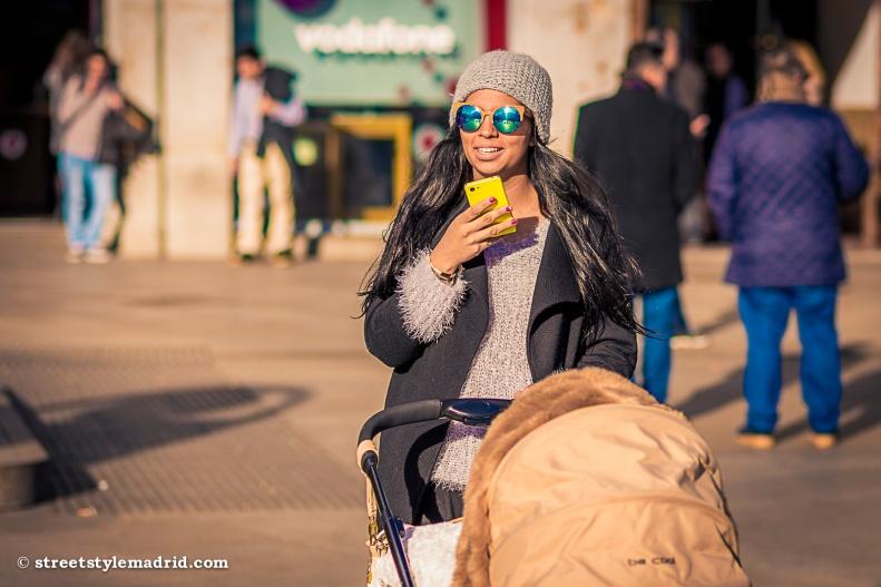 Gorro, abrigo, gafas de espejo, street style