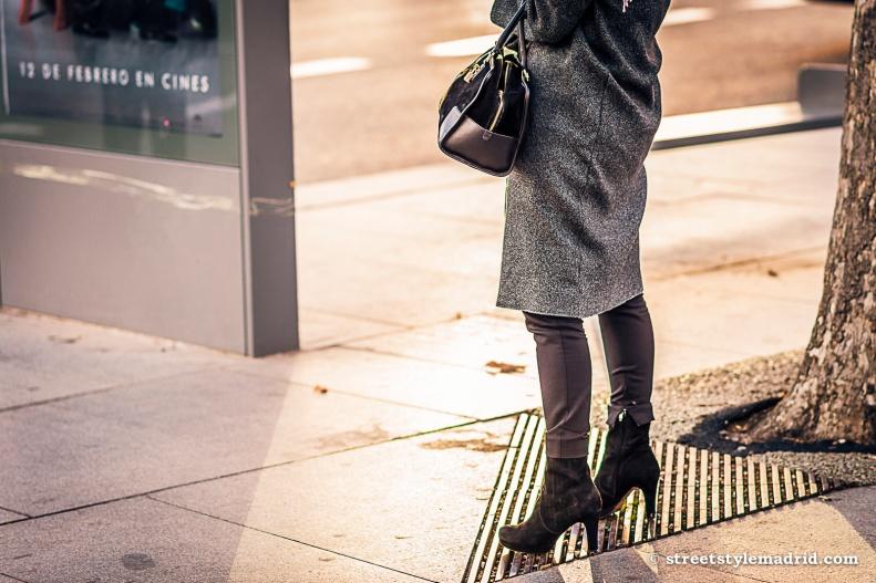 Amazona de Loewe, abrigo gris,  botines negros de ante, street style madrid