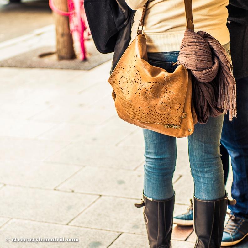 Bolso de piel camel Mustang con botas