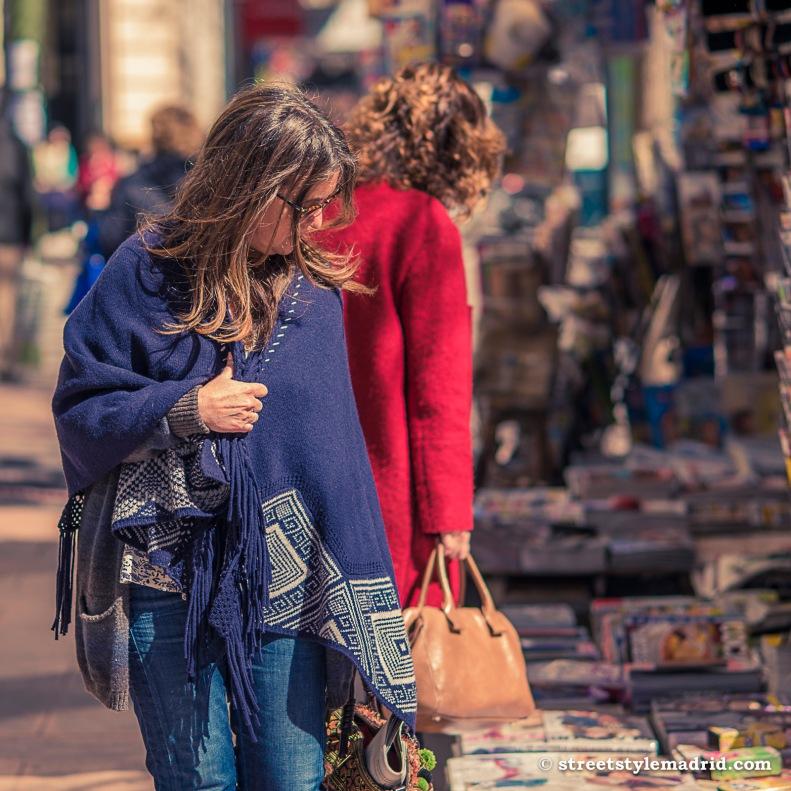 poncho azul, vaqueros, street style