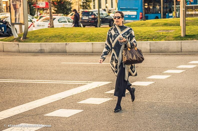 Poncho, bolso Louis Vuiton, Madrid