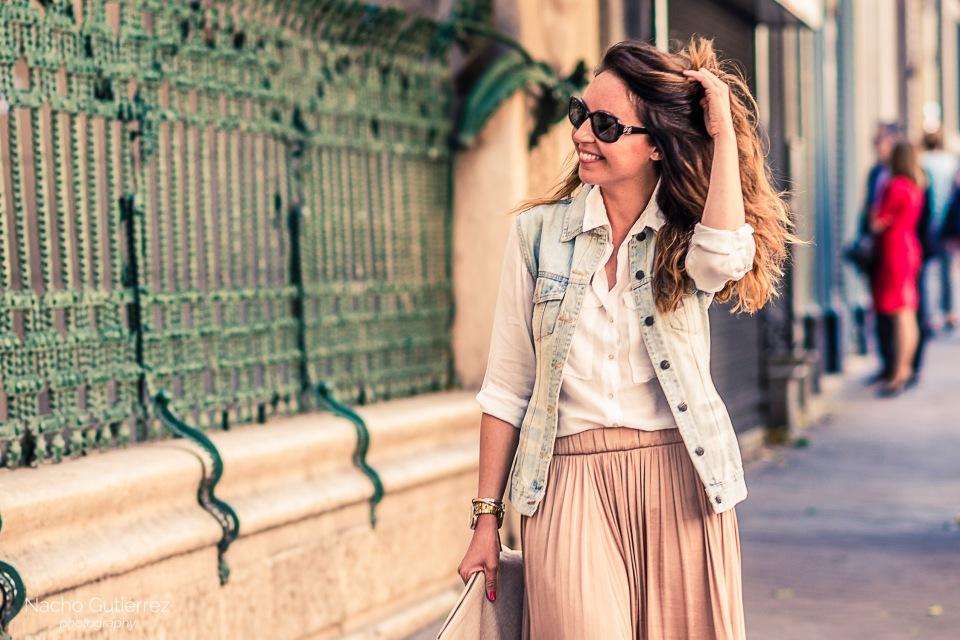Falda rosa palo con chaleco vaquero y camisa blanca, Street Style en Madrid, sesión de fotos de moda