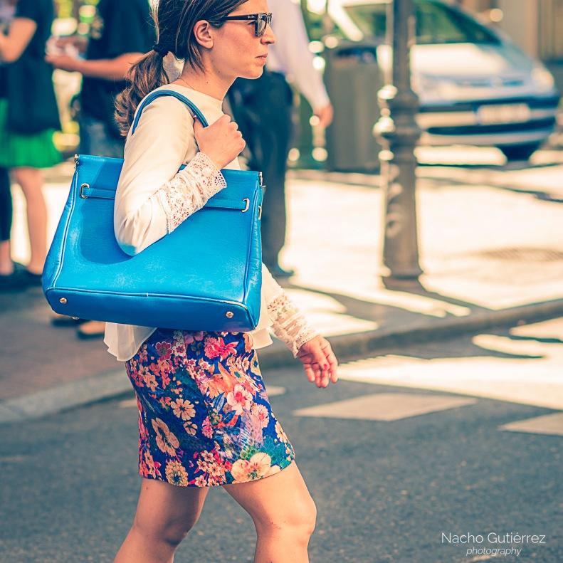 Bolso azul cielo con falda estampada y blusa blanca
