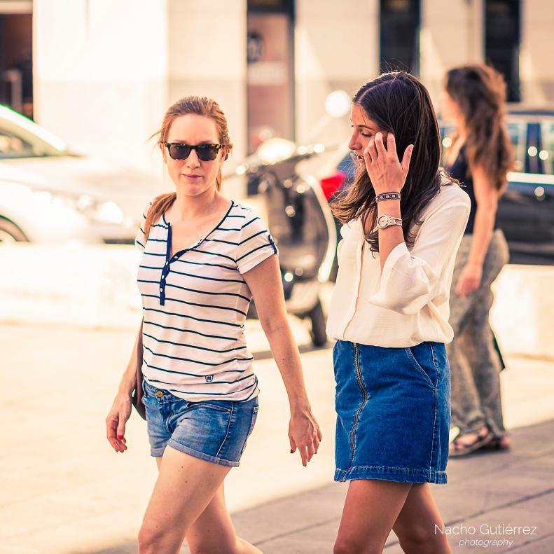 Falda vaquera y camisa blanca, polo de rayas con minifalda, madrid, street style