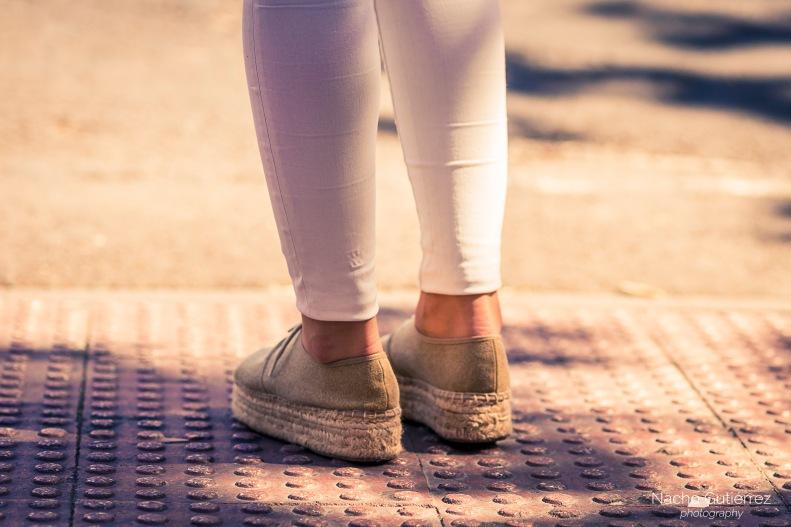Espadriles alpargatas plataforma con leggings blancos en street style