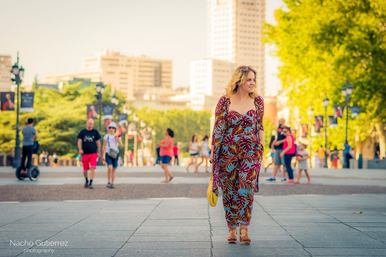 Anitta Ruiz conjunto estampado, bolso amarillo y sandalias zueco en street style madrid