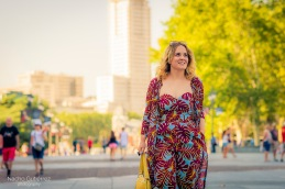 Anitta Ruiz conjunto estampado, bolso amarillo y sandalias zueco en street style madrid, plaza de oriente