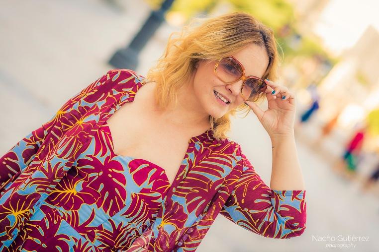 Anitta Ruiz conjunto estampado, bolso amarillo, gafas vintage y sandalias zueco en street style madrid