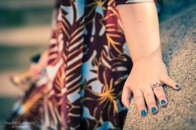 Anitta Ruiz conjunto estampado y uñas en azul en street style madrid