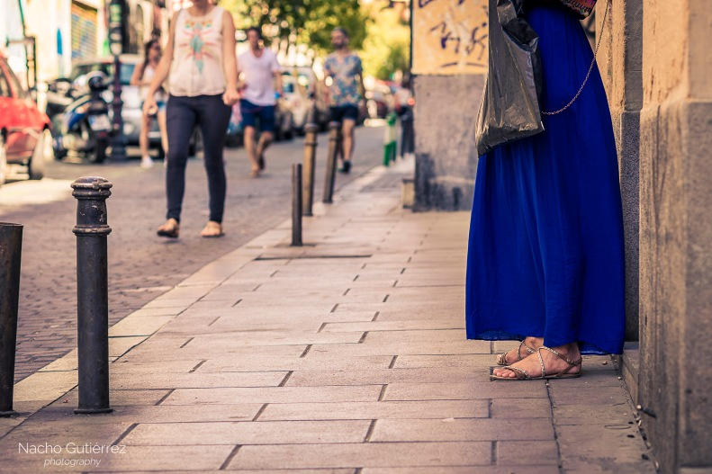 Vestido azul largo con sandalias planas