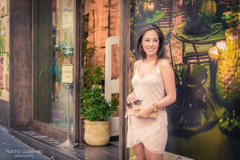 Street style con vestido corto rosa, escote en V, tacones, Madrid