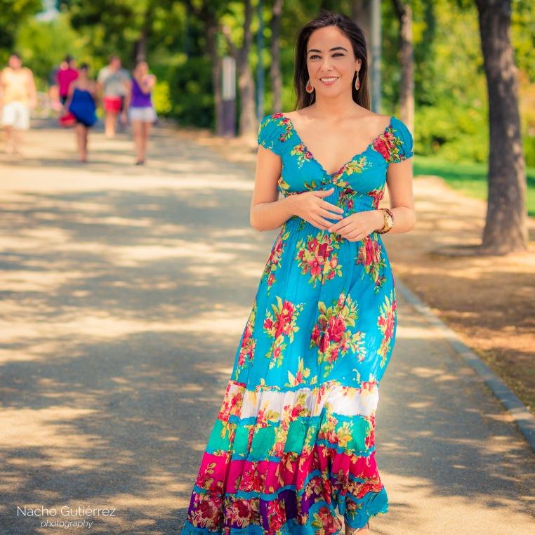 Street Style Laura con vestido estampado de flores y escote en V