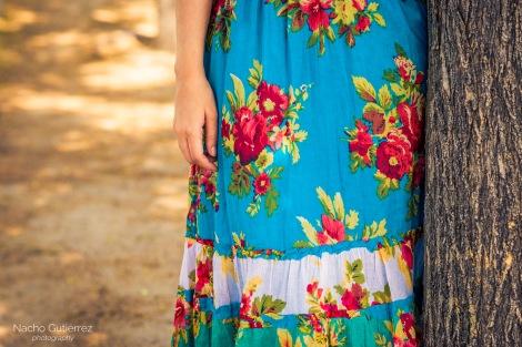 Street Style Laura_book con vestido estampado de flores y escote en V