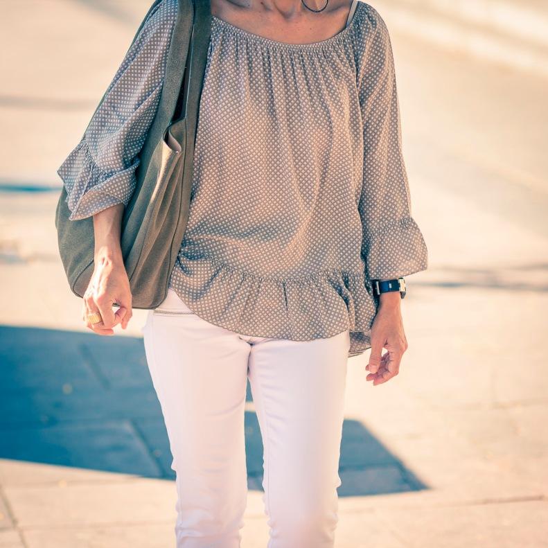 Street Style Madrid vestido estampado con bolso de piel