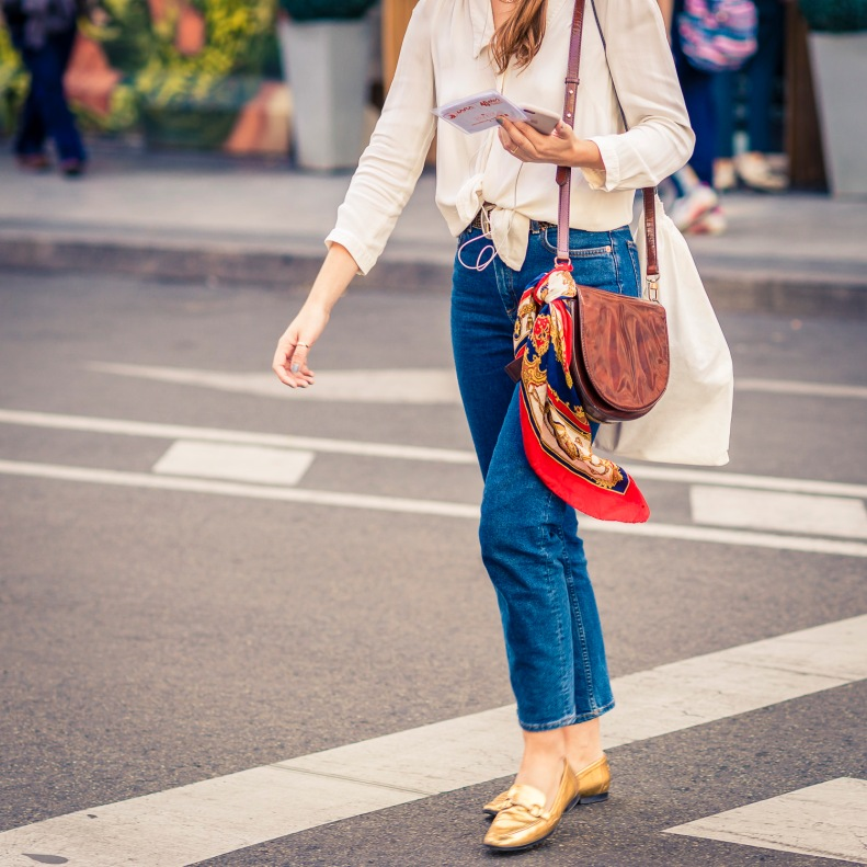 Street Style Madrid pañuelo anudado al bolso